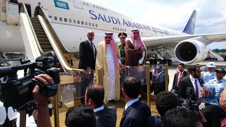 Saudi Arabia's King Salman bin Abdulaziz Al Saud (center) prepares to board an airplane at Ngurah Rai International Airport, Bali, on Sunday afternoon for a flight to Haneda Airport in Tokyo.