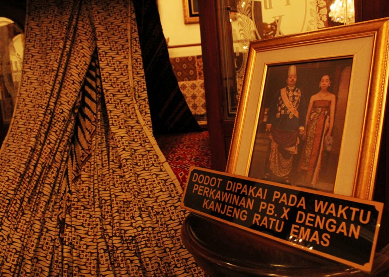 A kain dodot (wraparound cloth) that was once worn during the wedding between Agung Paku Buwono X and Ratu Hemas around 1840.