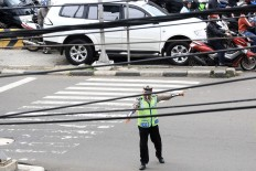 Hello officer: Cables cross the main road in Senen, Central Jakarta. JP/ Dhoni Setiawan