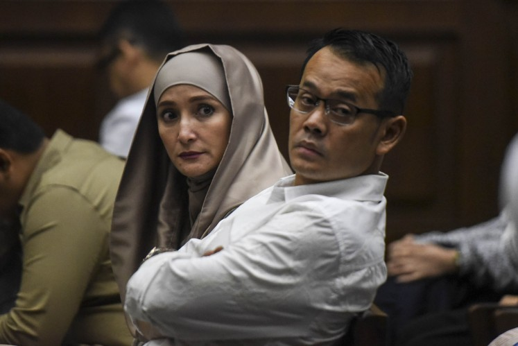 Inneke Koesherawati (left) and her husband, Fahmi Darmawansyah, sit in a trial hearing at the Jakarta Corruption Court last year. Fahmi was convicted in a case pertaining to a Maritime Security Board (Bakamla) procurement project.