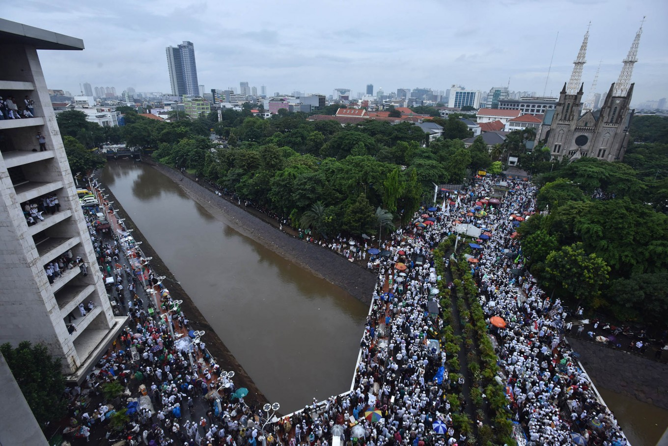 Anti-Ahok protesters let children join