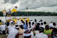 Balinese Hindus in Timika pray as part of the Melasti rituals. JP/Vembri Waluyas