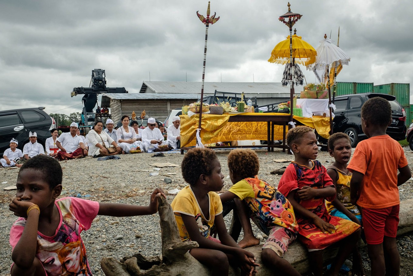 Balinese Hindus pray for the Melasti ritual while Kamoro children sit and watch quietly at the Mimika coast. JP/Vembri Waluyas