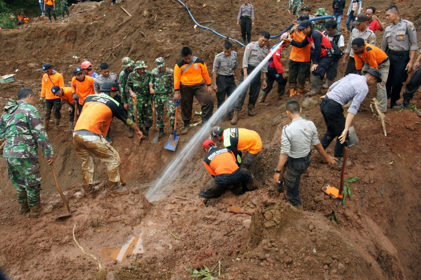 Social Affairs Ministry gives Rp 150b in aid to Ponorogo landslide victims