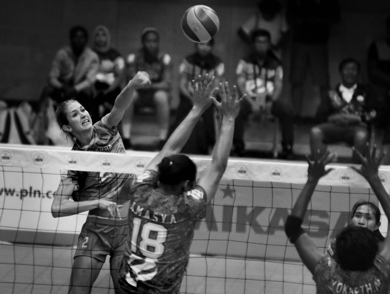 Petro Kimia Gresik player Halley Dora Spelman smashes the ball while Jakarta PGN Popsivo Polwan players try to block it during a match on Jan. 28. Popsivo won 25-12, 17-25, 25-13,25-13,10-25 (3-2). JP/Aman Rochman