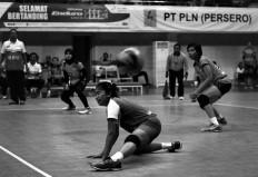 The Jakarta BNI Taplus players are tricked by Jakarta Elektrik PLN players in the first leg match in Malang, East Java, on Jan. 29. JP/Aman Rochman