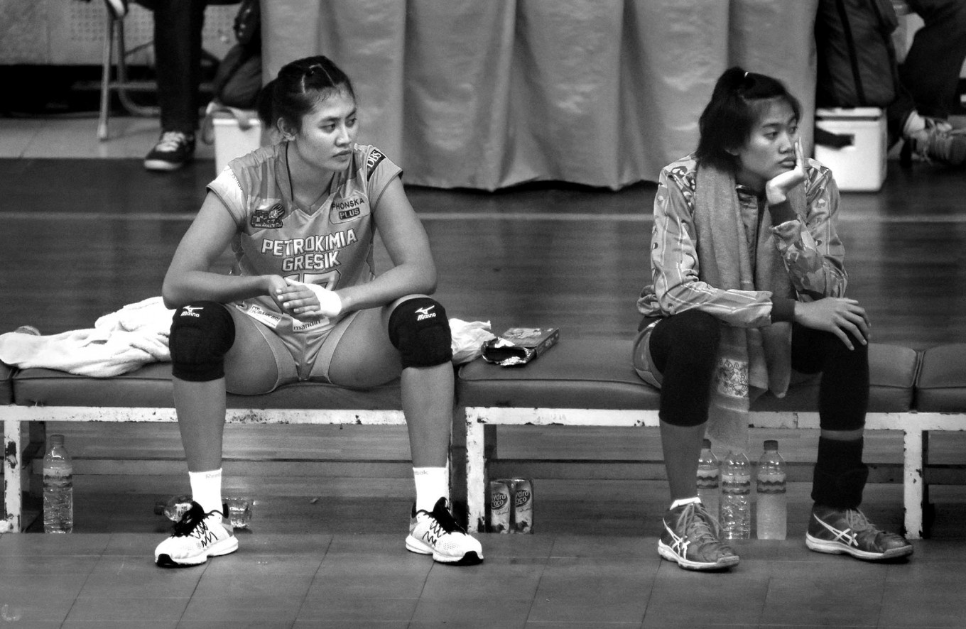 Petro Kimia Gresik substitute players wait on the bench during a match at Ken Arok Indoor Stadium in Malang, East Java, on March 18. JP/Aman Rochman
