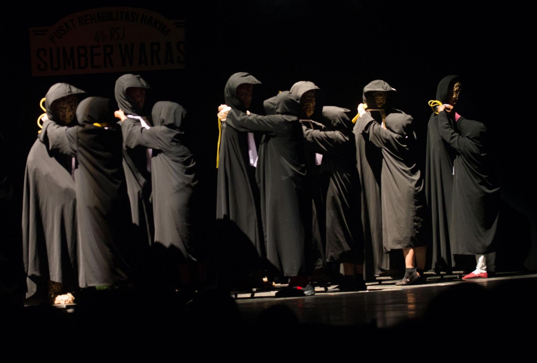 Teater Gandrik performs Hakim Sarmin at Taman Budaya, Yogyakarta on March 29. The theater troop will stage the play at Taman Ismail Marzuki, Central Jakarta, on April 5-6 April. JP/Tarko Sudiarno