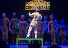 Veteran actor Susilo Nugroho performing as Dr. Menawi Diparani in the play Hakim Sarmin  Taman Budaya, Yogyakarta, on March 29. JP/Tarko Sudiarno