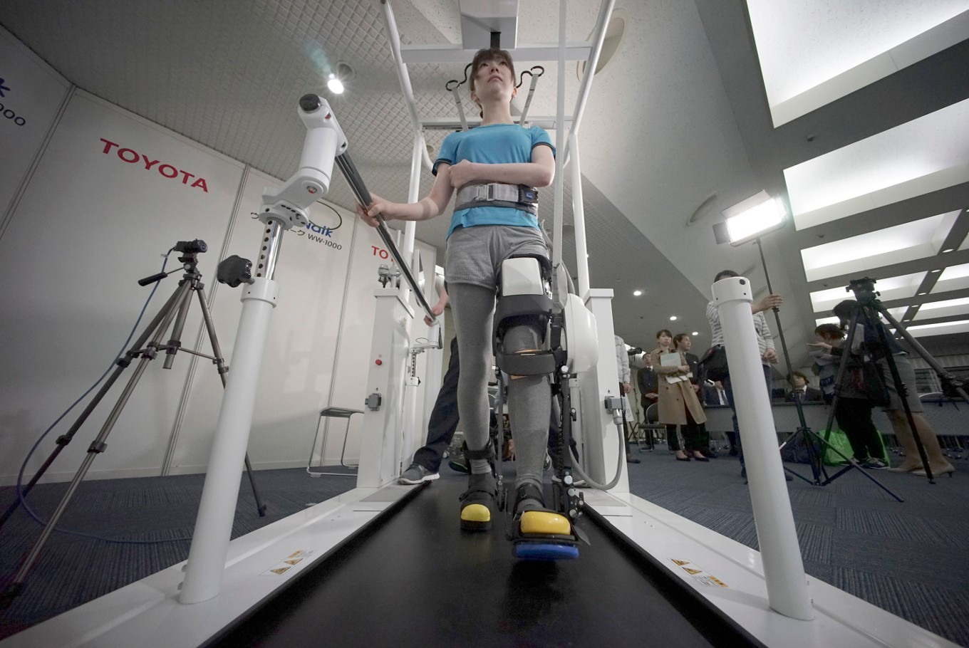 Automobile company design robotic leg braces for the elderly
