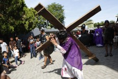 Performers from Hati Bunda Kudus church in Banda Aceh re-enact the crucifixion of Jesus Christ for Good Friday. Although the Aceh province imposes sharia law, the Easter celebration ran peacefully. JP/ Hotli Simanjuntak