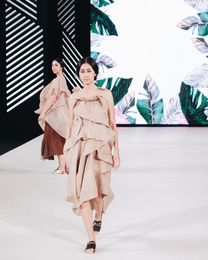 The design also highlights eight earth-colored ready-to-wear pieces.
