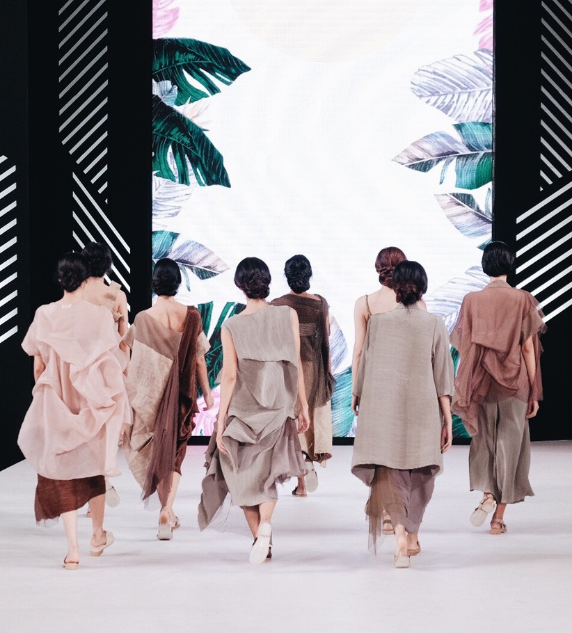 Pratiwi said that she chose to use burlap because the character and the texture of the fabric represent the image of jungle that she wanted to show in the collection.