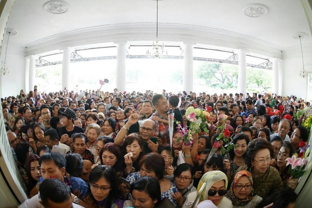Wreaths for Ahok reach thousand