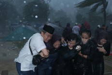 Hurry up: Mencari Tempat Berteduh (Finding Shelters) by Bambang Ekoros Purnama