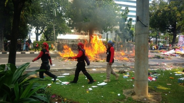 Labor protesters burn Ahok-Djarot's floral tributes