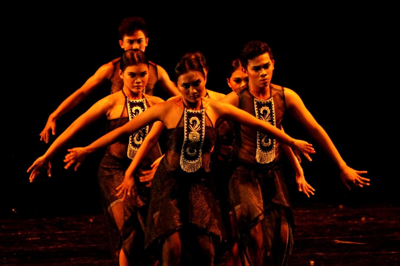 A contemporary dance enlivens the Solo Menari event.