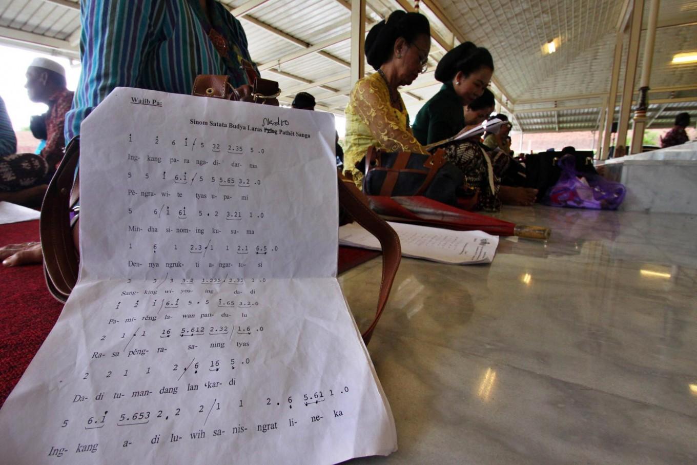 Participants of the macapat competition cram before performing at the Pakualaman royal court, Yogyakarta. JP/Aditya Sagita