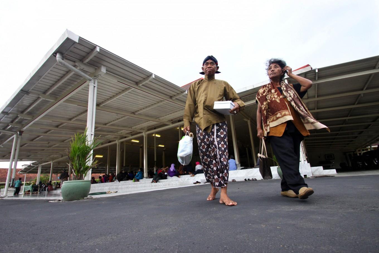 Macapat participants walk home after competing in the event. JP/Aditya Sagita