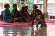 Mbah [grandma] Giyem duckwalks as a gesture of respect to the royals. Despite her advanced age, she still participates in the macapat competition. JP/Aditya Sagita