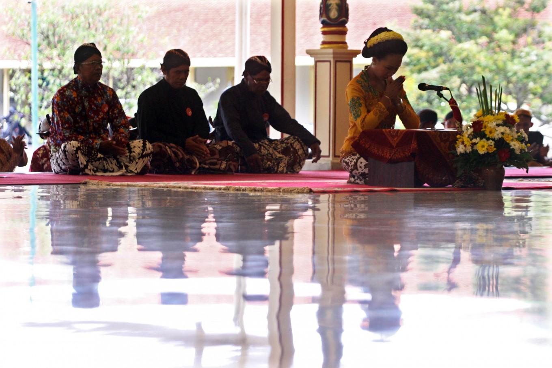 A participant makes a gesture of respect before performing at the Pakualaman royal court, Yogyakarta. JP/Aditya Sagita