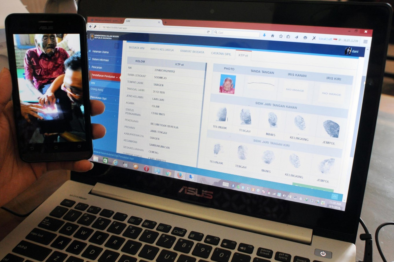 An official of the Sragen Population and Civil Registration Agency, Central Java, shows the e-ID of Sodimejo known as Mbah [grandpa] Jo Gotho on Sept. 8, 2016. The files record that Mbah Jo Gotho was born on Dec. 31, 1871. JP/Magnus Hendratmo