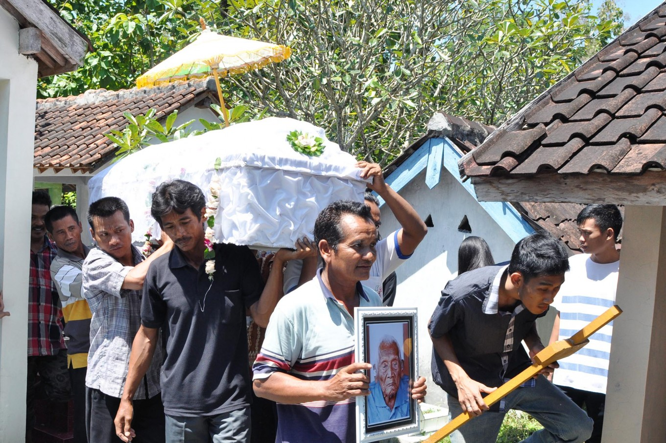 Mourners carry Mbah Jo Gotho's coffin to the cemetery. JP/Magnus Hendratmo