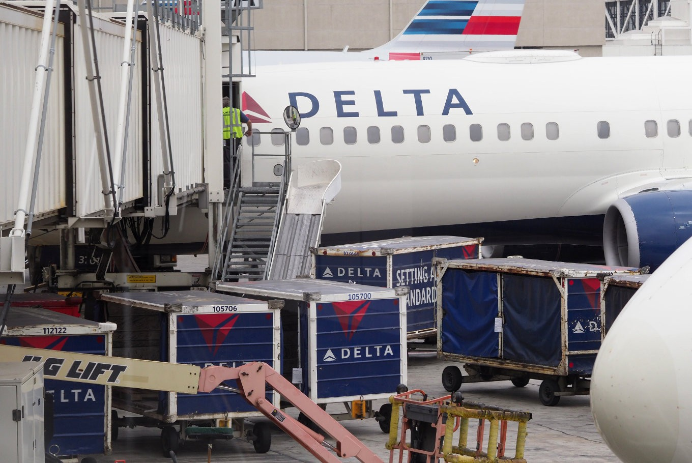 Delta joins airlines in era of $30 bag fee