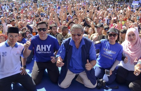 West Nusa Tenggara Governor M. Zainul Majdi (left), chairman of Democratic Party and former president Susilo Bambang Yudhoyono (center) with Ani Yudhoyono (second right) and their eldest son Agus Harimurti Yudhoyono (second left) pose together during declaration of