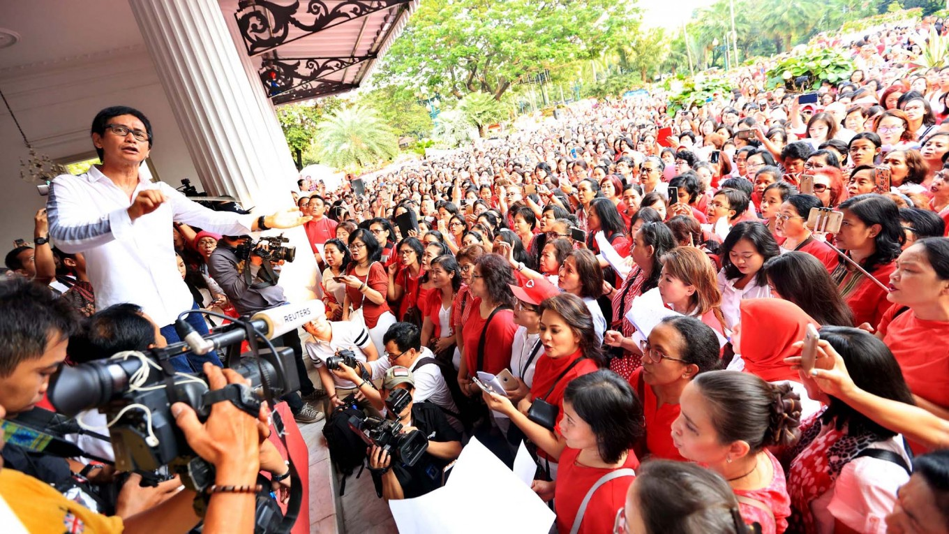 After flowers, Ahok supporters flood City Hall with songs