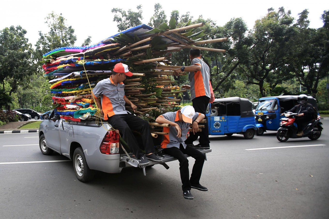 Workers remove dozens of flower boards that were previously on display for several days at the Jakarta governor's office. JP/ Dhoni Setiawan
