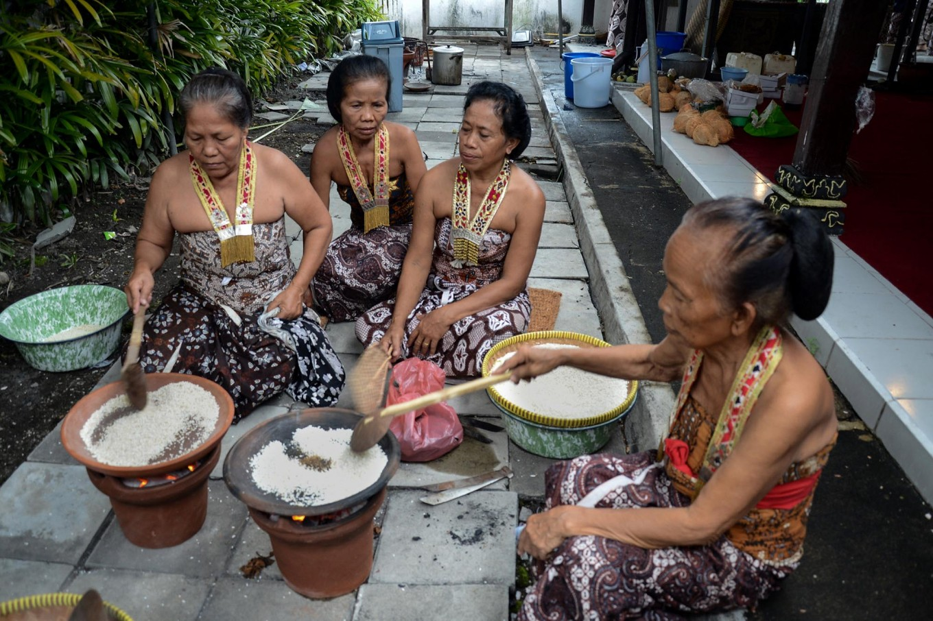 Royal servants dry fry rice to make apem (traditional pancake) at the Yogyakarta palace on July 6, 2013. JP/Tarko Sudiarno