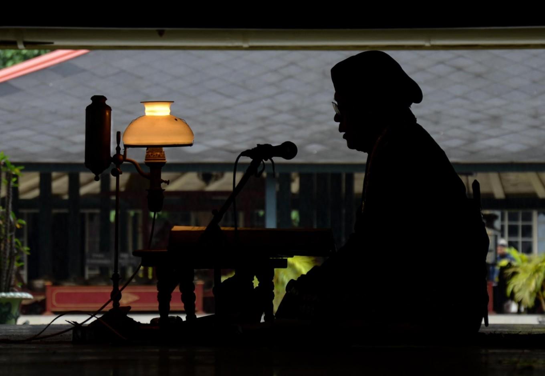 A man reads Macapat (Javanese poetry) at the Bangsal Sri Manganti hall in Yogyakarta palace on July 6, 2013. JP/Tarko Sudiarno