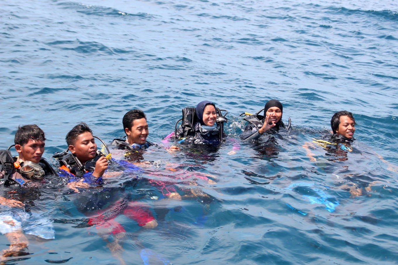Divers pose after the planting stemmed coral reefs in Karimunjawa waters, Central Java. JP/Suherdjoko