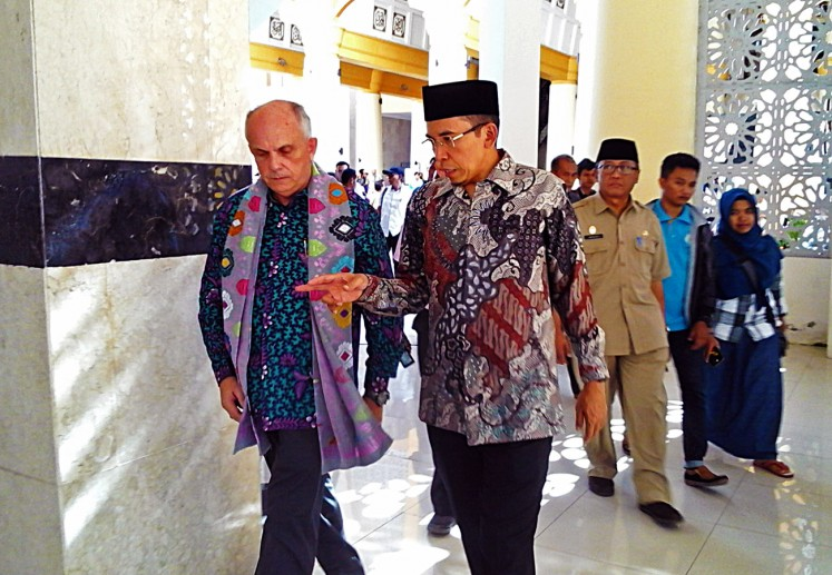 US Ambassador to Indonesia Joseph Donovan (left) listens to West Nusa Tenggara governor Muhammad Zainul Majdi during a visit to the Islamic Center complex in Mataram on Tuesday, May 16, 2017.