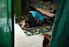 Samsudin prays at a volunteer's house during his visit to Malang, East Java, on April 4. JP/Aman Rochman