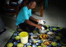 Samsudin enjoys lunch after storytelling at a volunteer's house in Malang, East Java on April 4. JP/Aman Rochman