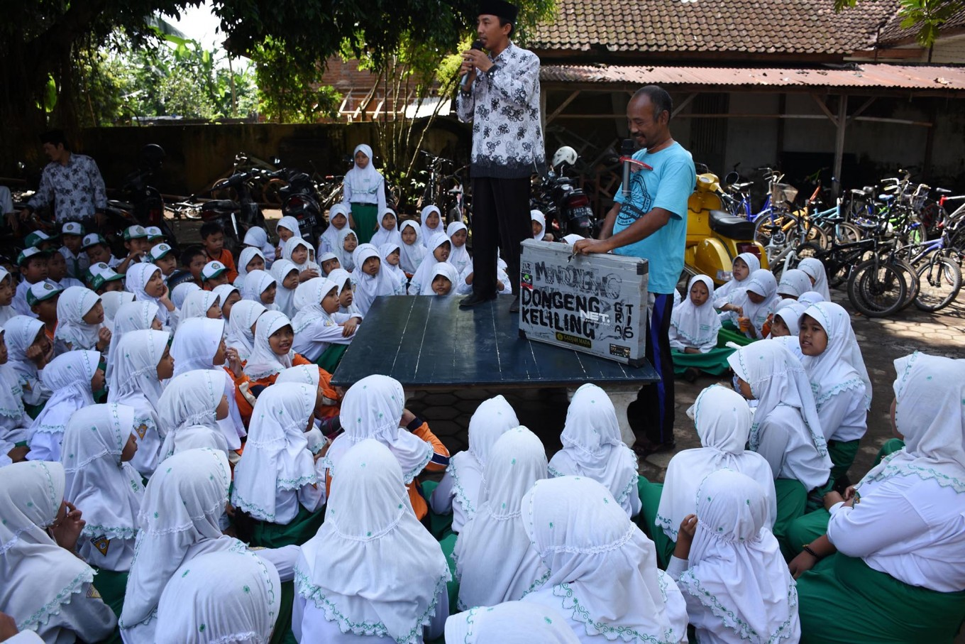 A teacher speaks before Samsudin entertains students on April 4. He told a story about forest conservation and wildlife rescue to the students to give their knowledge on the environment from an early age. JP/Aman Rochman