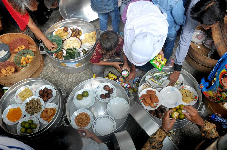 Villagers share their food after the Nyadran ritual at the Puroloyo Cemetery, Tunggulsari, Cepogo, Boyolali regency, Central Java, on May 14. JP/Ganug Nugroho Adi