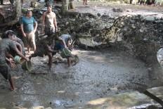 Some men clean the Sendhang Gedhe natural pool at Pucung village, Banyumanik district, Semarang, on May 12. JP/Suherdjoko