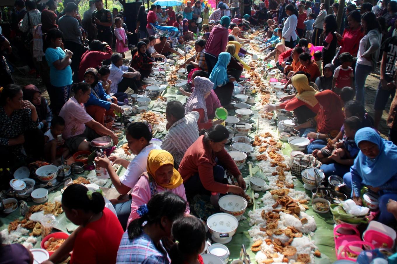 Dozens of residents of Pucung village, Banyumanik district, Semarang, bring various foods for the Nyadran ceremony. JP/Suherdjoko