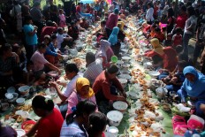 Dozens of residents of Pucung village, Banyumanik district, Semarang, bring various foods for the Nyadran ceremony. JP/Suherdjoko