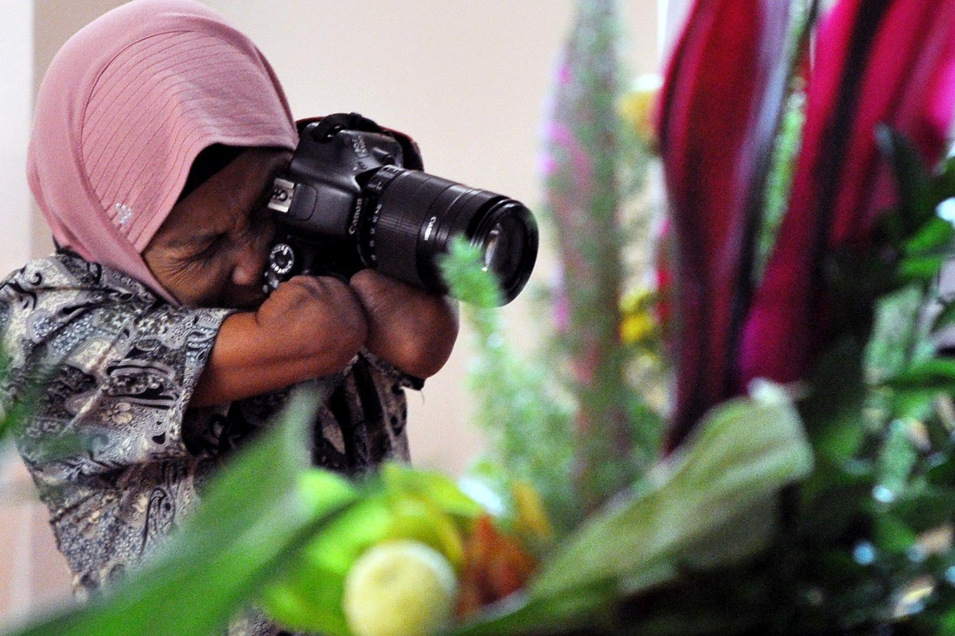 Rusidah captures a bouquet during a flower arrangement competition in Purworejo regency, Central Java, on Dec. 21, 2016. JP/Magnus Hendratmo
