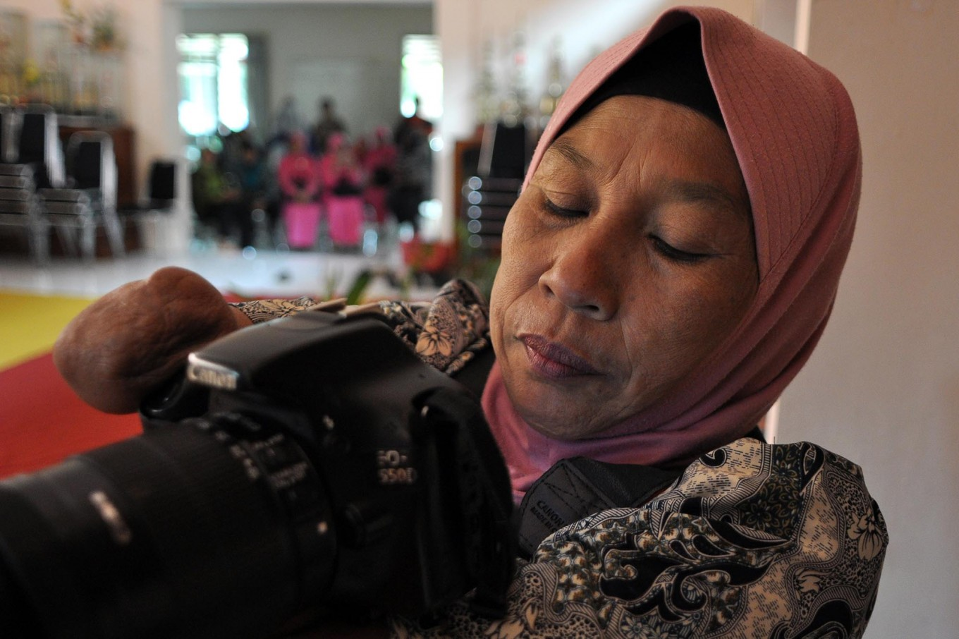 Rusidah checks the result of her photoshoot on her camera's LCD. JP/Magnus Hendratmo