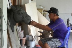Gondo Triyono, the owner of Artista Creative, makes a sculpture mock-up from clay that will become a mold at Patuk, Gunungkidul, Yogyakarta, on Feb. 21. JP/Aditya Sagita