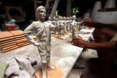 A man assembles a part of a Yogyakarta royal soldier sculpture at Patuk, Gunungkidul, Yogyakarta, on Feb. 21. JP/Aditya Sagita