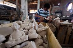 A man finishes Loro Blonyo (Javanese bride and groom) statues at Patuk, Gunungkidul, Yogyakarta, on  Feb. 21. JP/Aditya Sagita