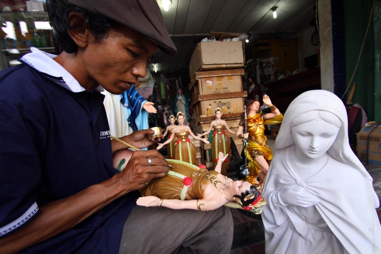 A man uses a fine brush to paint a Mary van Java sculpture at Pajeksan, Yogyakarta, on April 11. JP/Aditya Sagita