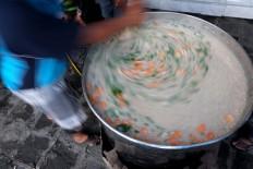Fast, not furious: A man stirs the porridge. It takes three hours, from 12 p.m. to 3 p.m., to prepare and cook the free Samin porridge. JP/ Ganug Nugroho Adi