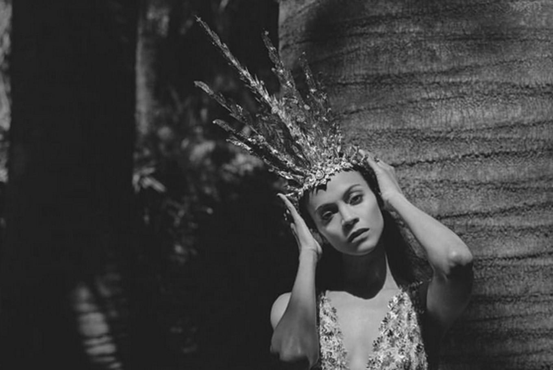 Zoe Saldana wears crown made by Indonesian designer
